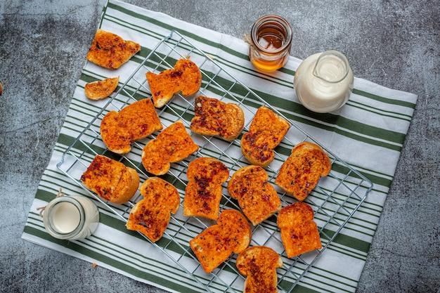 Chrupiące, puszyste tosty z posiekaną wieprzowiną.