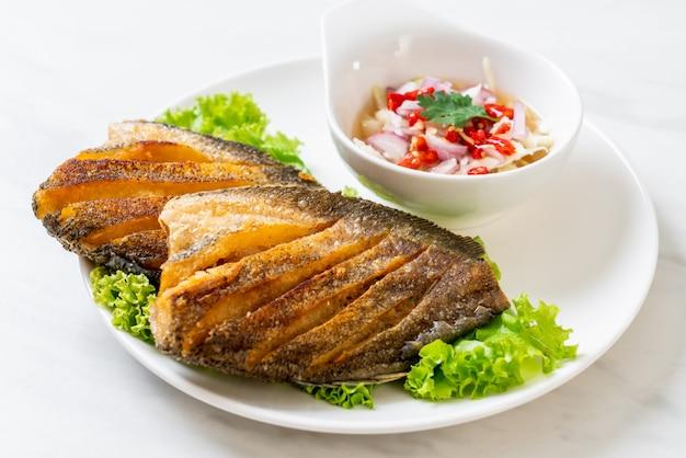 Chrupiące ryby gourami z pikantną sałatką