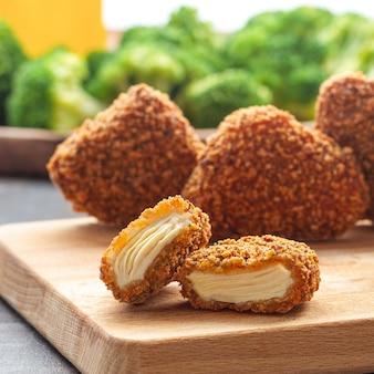 Chrupiące smażone jedzenie z serem drobiowym i szynką sałatka nuggets do towarzyszenia