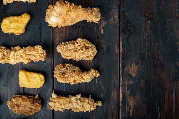 Chrupiące smażone kawałki kurczaka kentucky na ciemnym drewnie