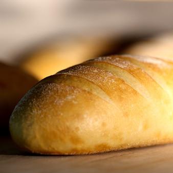 Chrupiący bochenek białego chleba pokryty białym proszkiem