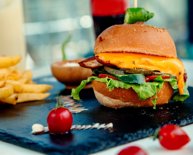 Chrupiący cheeseburger z kurczaka i frytki