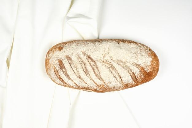 Chrupiący chleb domowej roboty na białym tle
