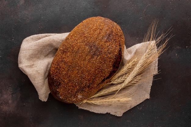 Chrupiący chleb na tkaninie jutowej