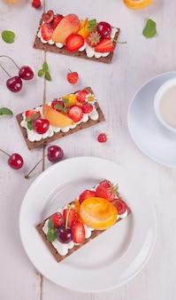 Chrupiący chleb z serem kremowym, owocami i jagodami