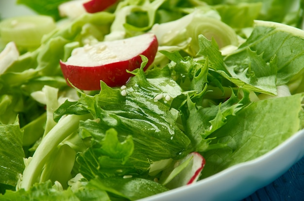 Chrupiący colesław orzechowy z białej kapusty, rzodkiewki, nakrapiany zieloną cebulką, sułtankami i orzeszkami ziemnymi