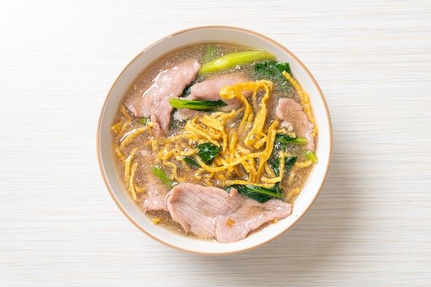 Chrupiący makaron z wieprzowiną w sosie sosowym - po azjatycką kuchnię