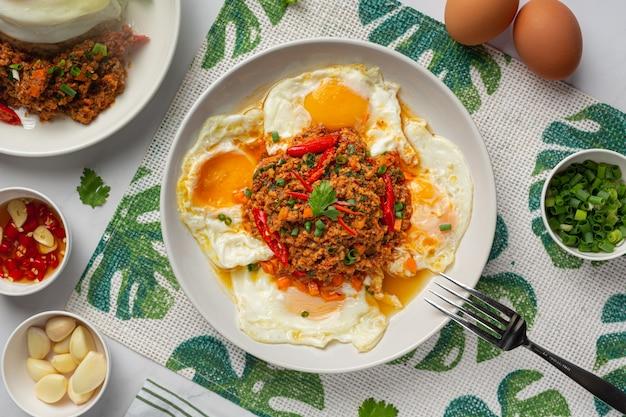 Chrupiący omlet z mieloną wieprzowiną i sosem mieszanym