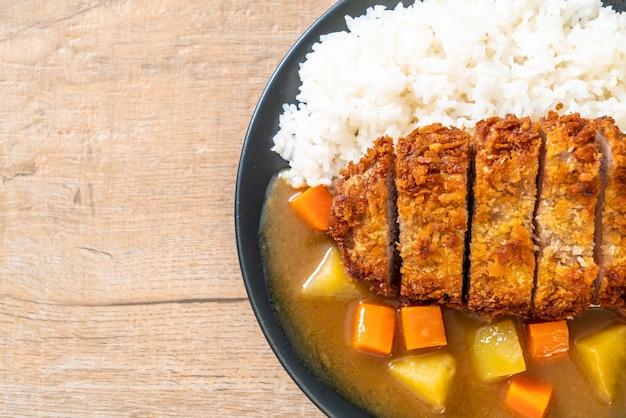 Chrupiący smażony kotlet wieprzowy z curry i ryżem - po japońsku