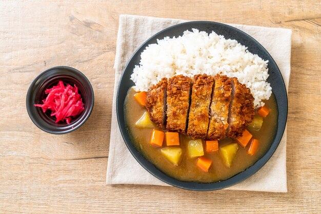 Chrupiący smażony kotlet wieprzowy z curry i ryżem