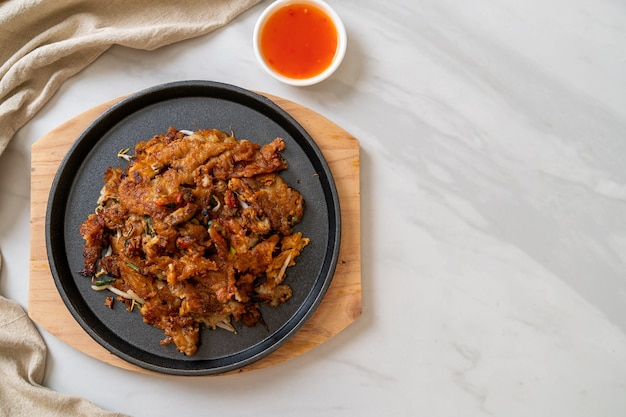 Chrupiący smażony naleśnik z małżami lub omlet z małż