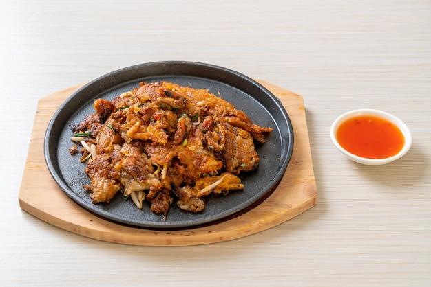 Chrupiący smażony naleśnik z małżami lub omlet z małżami