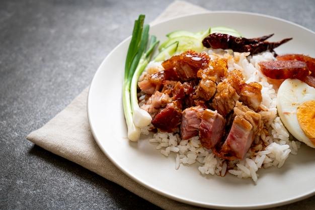 Chrupiący wieprzowy brzuch na ryżowym ryżu
