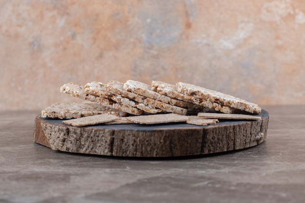 Chrupkie pieczywo i dmuchane wafle ryżowe na blasze, na marmurowej powierzchni