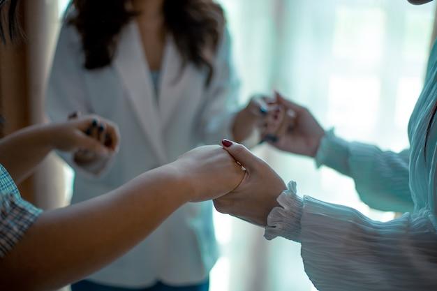 Chrześcijanie modlą się o przyjaciół, aby razem zachęcali i wspierali.