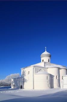 Chrześcijański kościół prawosławny w śniegu