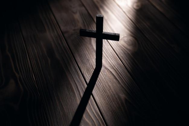 Chrześcijański krzyż stare drewno na drewnianym tle symbol chrześcijaństwa