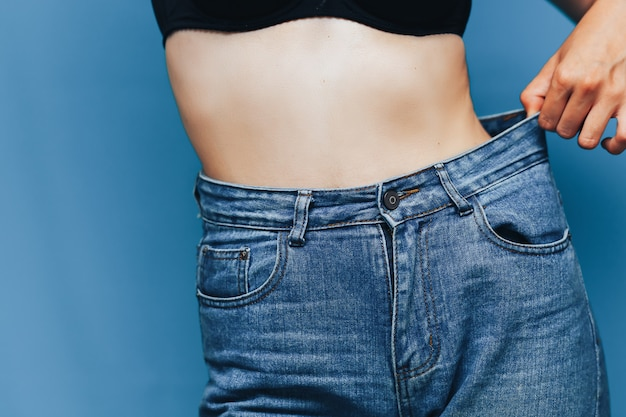 Chuda kobieta z jeansami loose pants