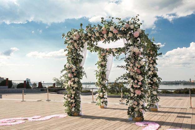Chuppa ślubna ozdobiona kwiatami