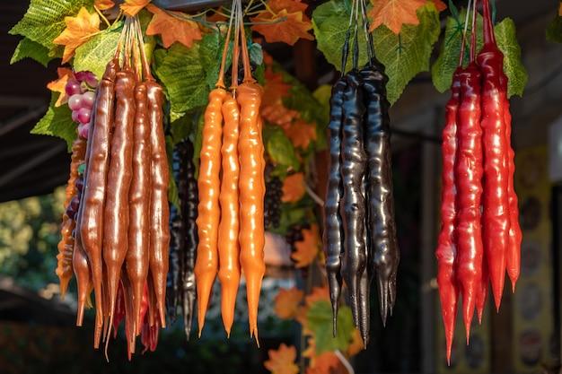 Churchkhela na rynku ulicznym. churchkhela gruzińskie jedzenie narodowe, smaczne jedzenie
