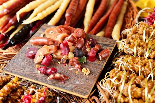 Churchkhelas składa zbliżenie. churchkhela na bazarze. kupa orientalnych słodyczy.