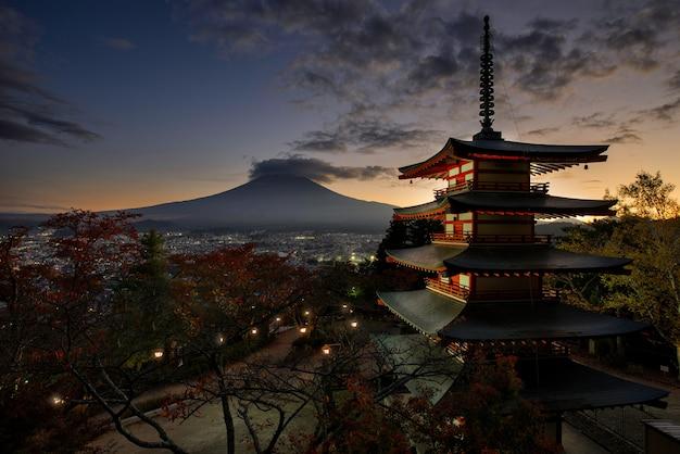 Chureito pagoda przy fuji górą. piękne japońskie zabytki i krajobrazy