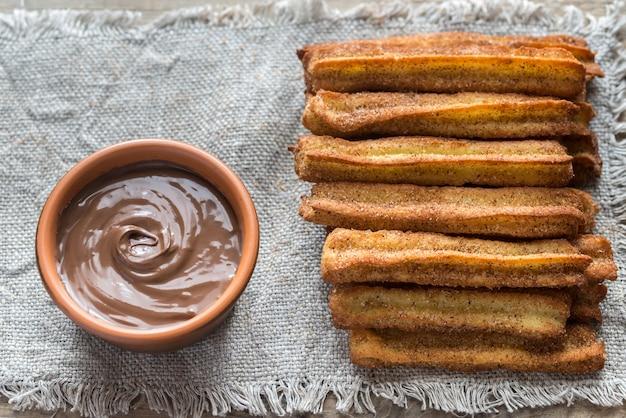 Churros - słynny hiszpański deser z sosem czekoladowym