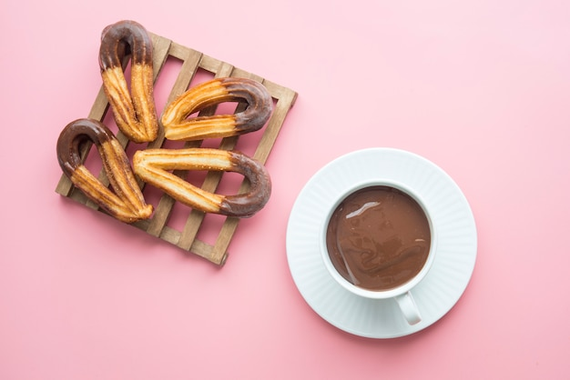 Churros z czekoladą typowo słodki hiszpański