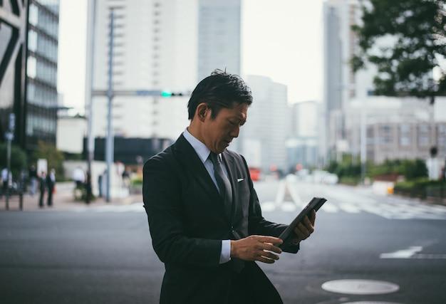 Chwile starszy mężczyzna biznesu na ulicach tokio