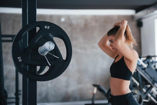 Chwileczkę. zdjęcie pięknej blondynki na siłowni w czasie weekendu