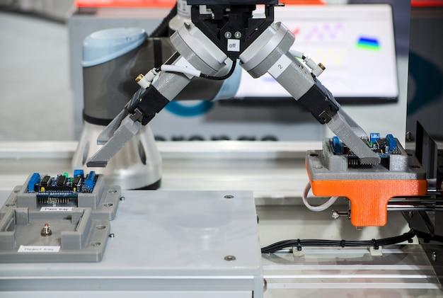 Chwytający robot pracujący z płytką elektroniczną