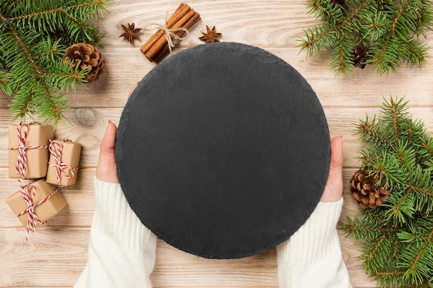 Chwytak rodzinny famale czarny łupek okrągły kamień na drewnie