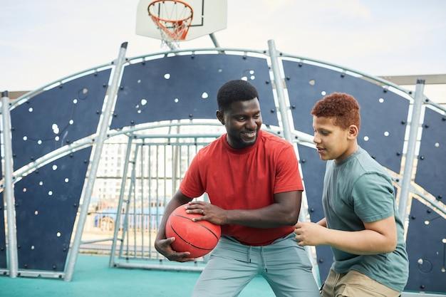 Chwytanie koszykówki od ojca