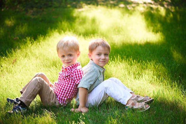 Ci dwaj chłopcy to najlepsi przyjaciele. przyjaciele na całe życie.