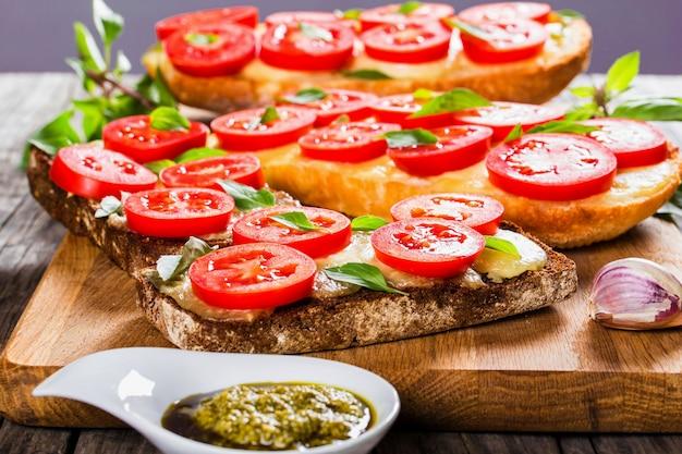 Ciabatta z czosnkiem i pokrojonymi pomidorami