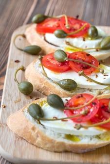 Ciabatta z mozzarellą, pomidorami i kaparami