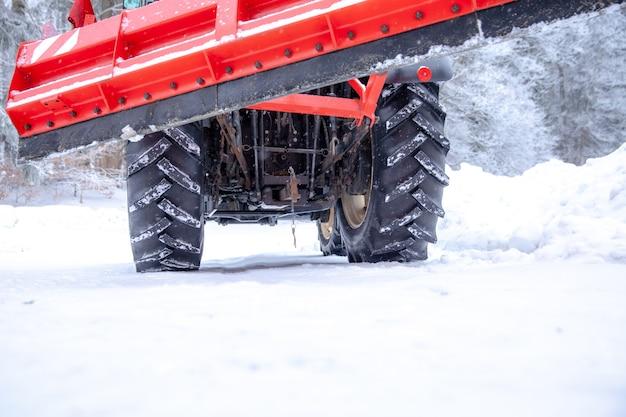 Ciągnik czyści drogę ze śniegu w zimie