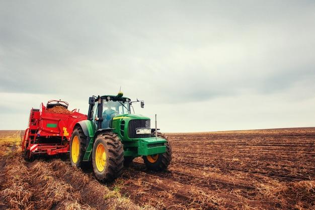 Ciągnik orka pola gospodarstwa w ramach przygotowań do sadzenia wiosną