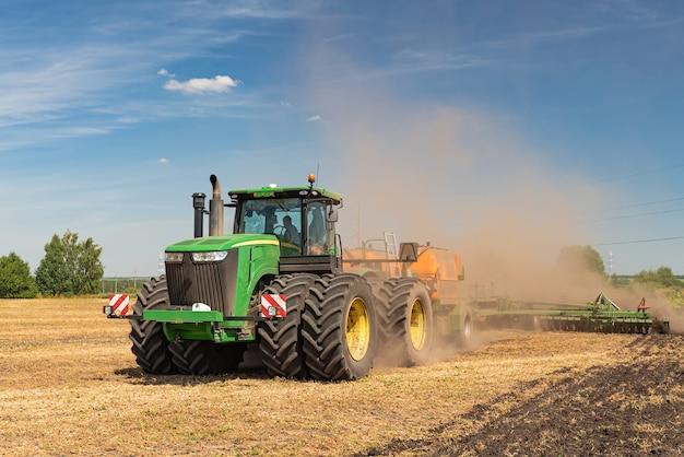 Ciągnik orze ziemię. obraz rolnictwa