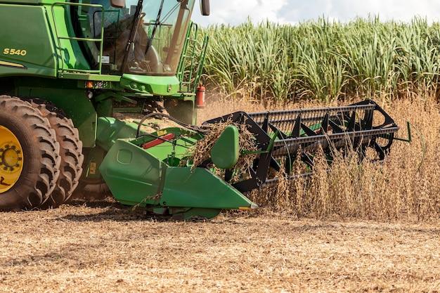 Ciągnik rolniczy do zbioru soi na polu