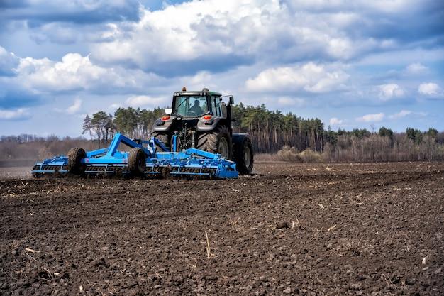 Ciągnik z agregatem do pracy w glebie