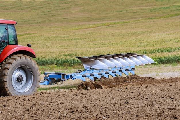 Ciągnik z dużym pługiem ciągnik z osprzętem rolniczym