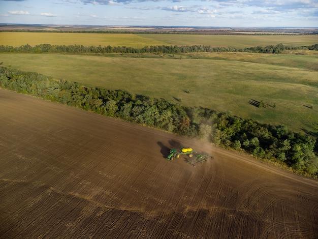Ciągnik z kompleksem siewnym rozkłada się na skraju pola