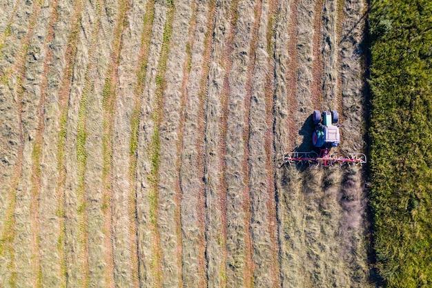 Ciągnik z przetrząsaczami, widok z góry na dół, rolnictwo i rolnictwo