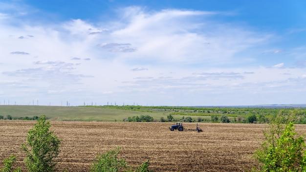 Ciągnik z siewnikiem ścierniskowym pracujący w polu zdjęcie zrobione w rosji
