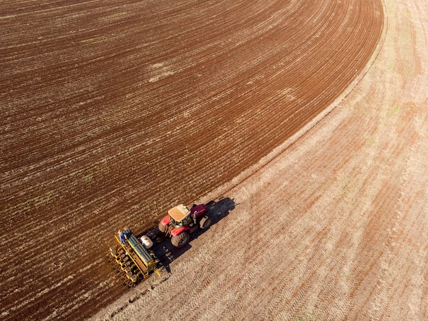 Ciągnik z siewnikiem w polu