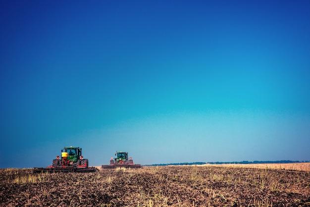 Ciągniki pracujące w polu