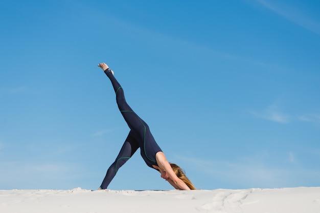 Ciało odchyl w dół na ćwiczenia jogi na pustyni na świeżym powietrzu