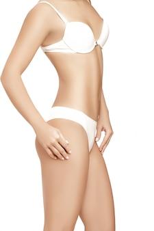 Ciało pięknej szczupłej kobiety na białym tle