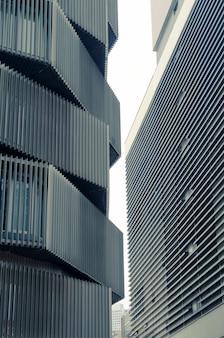 Ciasna przestrzeń miejska pomiędzy nowoczesnymi budynkami
